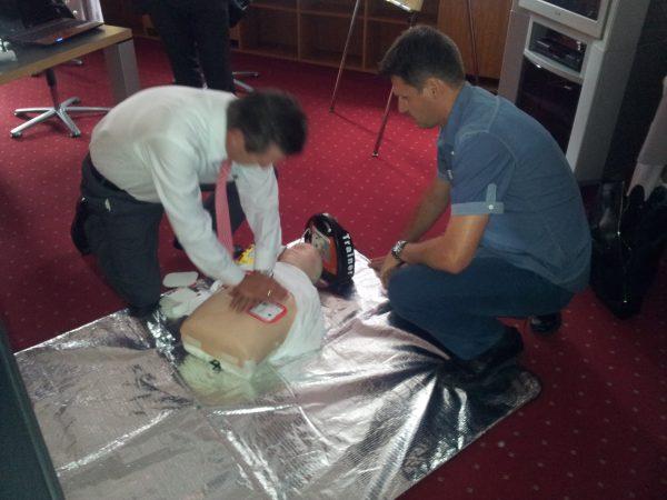 Eine unkomplizierte Bedienung von Defibrillatoren rettet Leben